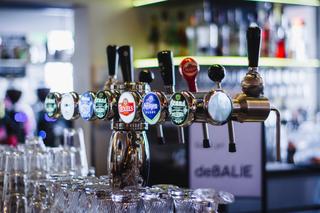 Drinks on bar by Louis Hansel (Louis Hansel on Unsplash.com)